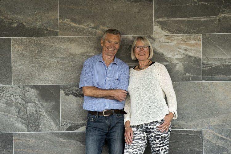 Oddun og Stein Erik poserer foran steinvegg