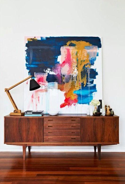 Moderne abstrakt kunst på gammel sjenk