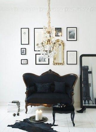 Svart sofa i kreativ stue